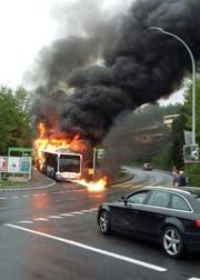 Der Bus im Vollbrand: brennender Treibstoff rinnt auf die Strasse. (Bild: Leserbild Esther Schnyder)