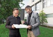 Stadtmodell-Stiftungsräte Daniel Lischer (links) und Mark Imhof mit einer Modellkachel. (Bild: Corinne Glanzmann (Luzern, 11. September 2017))