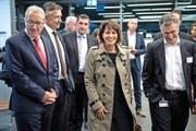 Bundesrätin Doris Leuthard mit dem Luzerner Regierungsrat Robert Küng (links) und Felix Graf, CEO der Centralschweizerischen Kraftwerke, im CKW-Besucherzentrum. Bild: Nadia Schärli (Rathausen, 19. Oktober 2016)