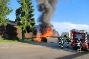 Die Feuerwehr stand mit 75 Personen im Einsatz. Hier nimmt die Feuerwehr das Tanklöschfahrzeug in Betrieb. (Bild: www.frsursee.ch)
