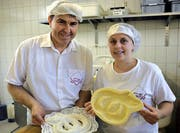 Zizi Milosevic und Sofi Hajrulahi präsentieren die weisse Änis-Schlange. (Bild Romano Cuonz)