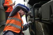 Bei einer Schwerverkehrskontrolle werden die Fahrzeuge auf ihre Verkehrstauglichlkeit kontrolliert. (Symbolbild Neue LZ)