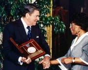 1987 überreicht der US-Präsident Ronald Reagan Ella Fitzgerald die nationale Ehrenmedaille der Künste. (Bild: AP)