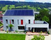 Einfamilienhaus Rey in Malters nach der Sanierung. (Bild: PD / Solarpreis 2015)