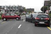 Die drei Unfallautos wurden zum Teil schwer beschädigt. (Bild: Kapo Schwyz)