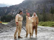Der Wilde Westen liegt nächsten Sommer in Engelberg. Dafür sorgen (v.l.) Tom Volkers als Winnetou, Alejandra Cardona als Nscho-tschi und Giso Weissbach als Klekih-petra. (Bild: Alexandra Wey / Keystone)