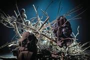 Verheddern sich im Geäst und in der Sprache: Beatrice Fleischlins «Kreaturen» auf der Südpol-Bühne. (Bild: Roberto Conciatori/PD)