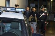 Roberto Spada, Bruder des örtlichen Mafiabosses Carmine, wird von den Carabinieri abgeführt. (Bild: Massimo Percossi/EPA (Ostia, 9. November 2017))