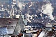 Treibhausgase setzen dem Klima zu: rauchende Kamine bei winterlicher Kälte auf den Dächern der Stadt Zürich. (Bild: Keystone/Alessandro Della Bella)