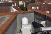 Der Radar befindet sich auf dem Dach des Besuchszentrums und misst permanent die Vogelaktivität im Himmel über Sempach. (Bild PD/Schweizerische Vogelwarte Sempach)