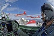 Ein PC-7 Pilot im Formationsflug über den Schweizer Alpen. (Bild: Schweizer Luftwaffe)