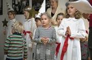 In selbstgemachten Kostümen feiern die jungen Schweden das Luciafest. (Bild: Manuela Jans-Koch (Luzern, 10. Dezember 2017))