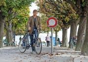 Grossstadtrat Christian Hochstrasser (Grüne) vor dem Fahrverbot beim Nationalquai/Luzernerhof.Bild: Dominik Wunderli (Luzern, 27. September 2016).