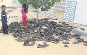 Entsorgte Schuhe von Opfern des Massakers ausserhalb der Al-Rawdah-Moschee in Bir al-Abed. (Bild: AP (25. November 2017))