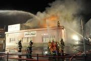 Die Feuerwehreinsatz mit über 100 Mann während der Nacht. (Bild: Kantonspolizei Uri)