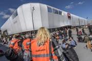 Die Situation am Mittwochmittag vor der Mall of Switzerland. (Bild: Pius Amrein (14. März 2018, Ebikon))