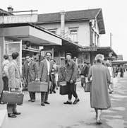 Die ersten serbischen Gastarbeiter in der Schweiz bei ihrer Ankunft in Buchs SG. (Bild: Keystone/Photopress-Archiv/Grunder (9. Mai 1965))