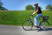 Immer mehr ältere Menschen verletzen sich auf Velos und E-Bikes (Symbolbild). (Archivbild Boris Bürgisser)