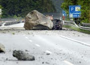 Der Felssturz weckt Erinnerungen an die tödliche Verschüttung der Autobahn 2006. (Bild: NZZ / Christian Beutler)