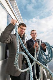 Die Chefs: Jérôme Martinu, Chefredaktor, und Pascal Hollenstein, Leiter Publizistik NZZ Regionalmedien (rechts), halten die Taue fest in der Hand – hier auf dem Motorschiff Titlis. (Bild: Eveline Beerkircher)