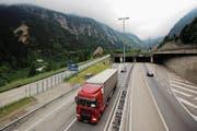 Das Göschener Wahrzeichen, der Teufelsstein (links), wird weiter über die Autofahrer wachen. (Bild: Michael Buholzer/Reuters (Göschenen, 11. Juli 2012))