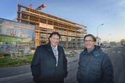 Verwaltungsratspräsident Johann Peter Bachmann (links) und Architekt Markus Schumacher vor dem zukünftigen Hotel Birdland in Sempach-Station. (Bild Eveline Beerkircher)