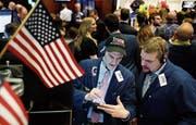 Zwei Trader diskutieren an der New Yorker Börse. (Bild: Justin Lane/EPA (30. November 2017))