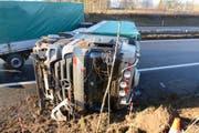 Der Lastwagen kippte auf der A2 zur Seite. (Bild: Luzerner Polizei)