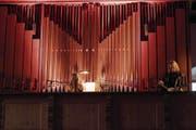 Die Schwedin Anna von Hausswolff spielt und singt an der Orgel der Kapuzinerkirche Stans. (Bild: Corinne Glanzmann (27. April 2017))