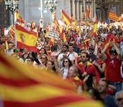 Hunderttausende Menschen demonstrierten gestern in Barcelona gegen die Separation Kataloniens von Spanien. (Bild: Marta Perez/EPA)
