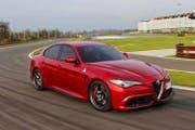 Die Giulia von Alfa Romeo ist in der V6-Motorisierung mit 510 PS kraftvoll und dynamisch unterwegs. Die Italiener gehen mit diesem Auto in eine von den Alfisti lange vermisste Modelloffensive. (Bild: PD)