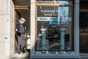 Impressionen aus der Klybeckstrasse in Kleinbasel: Übersetzer Bilal Ekici vor seinem Büro. (Bild: Nadia Schärli / LZ (Basel, 16. März 2017))
