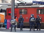 Polizisten aus mehreren Kantonen rückten in Schutzmontur aus. (Bild: Geri Holdener, Bote der Urschweiz)
