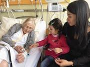27. Januar: Auf dem Schoss ihrer Mutter überreicht Jasmin (4) am Spitalbett ihrem Urgrosi den Bäri. «Aber nicht zum Behalten», sagt das Mädchen.