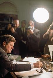 Präsident John F. Kennedy im Weissen Haus, wenige Monate nach seinem Amtsantritt. (Bild: Paul Schutzer/Getty (Washington, April 1961))