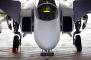 Piloten bereiten den Gripen für den Start vor. Im Januar wurde das schwedische Kampfflugzeug auf dem Militärflugplatz Emmen der Öffentlichkeit vorgestellt. (Bild: Keystone/Urs Flüeler)
