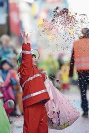 Am Baarer Kinderumzug geben die Bremer Stadtmusikanten den Takt an, Konfetti fliegen durch die Luft und beim bunten Allerlei fühlt sich jedes Kind wohl. (Bilder: Maria Schmid (12. Februar 2018))
