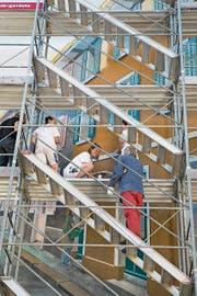 Der Künstler Werner Vogel erteilt den Malerlehrlingen Anweisungen. (Bild: Isabelle Jost (Luzern, 4. Juli 2017))