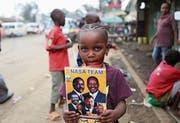 Ein Kind hält einen Flyer von Oppositionsführer Odinga hoch. (Bild: Brian Inganga/AP (Nairobi, 1. September 2017))