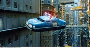 Fliegendes Auto im Film «The Fifth Element» (1997). Trotz solcher Visionen bleiben wir wohl noch lange auf dem Boden. (Bild Cinetext)