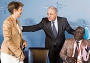 Bundesrätin Simonetta Sommaruga mit dem EU-Kommissar für Migration, Dimitris Avramopoulos (Mitte), und Abdramane Sylla von der Regierung Malis nach der Pressekonferenz zum gestrigen Treffen der Kontaktgruppe zentrales Mittelmeer. (Bild: Peter Klaunzer/EPA (Bern, 13. November 2017))