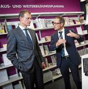 Dienststellenleiter Christof Spöring (rechts) im Gespräch mit Bildungsdirektor Reto Wyss bei der Neueröffnung des Beratungs- und Informationszentrums (BIZ) vor drei Jahren. (Bild: Philipp Schmidli (Luzern, 27. August 2014))