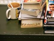 Das Lesen von Büchern erfreut sich gemäss einer Erhebung aus dem Jahr 2014 trotz neuer Medien nach wie vor grosser Beliebtheit. (Archivbild) (Bild: KEYSTONE/CHRISTIAN BEUTLER)