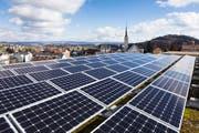 Das Dach des Schulhauses in Rickenbach wird für die Produktion von Solarstrom genutzt. (Bild: PD)