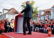 Tierische Unterstützung für Kanzlerkandidat Martin Schulz: Ein kleiner Hund namens Murmel schlich sich gestern bei einem Wahlkampfauftritt der SPD auf die Bühne. Schulz bemerkte den Eindringling erst später. (Bild: Carsten Koall/EPA (Potsdam, 15. September 2017))