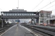 Noch immer Baustelle: Die Talstation der Arth-Rigi-Bahn in Gildau mit dem historischen Hochperron. Saniert und teilweise abgetragen wird der Zugangsturm (rechts). (Bild: PD)