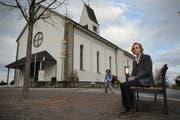 Ruth Spielhofer, Gemeindepräsidentin von Römerswil, vor der Kirche. (Archivbild Neue LZ)