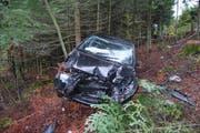 Die Autofahrerin ist mit ihrem Fahrzeug von der Strasse abgekommen und eine Böschung hinunter gefahren. (Bild: Luzerner Polizei)