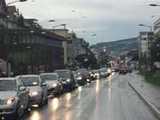 Stau in Ebikon: Wer aus der Stadt Luzern heraus wollte, hatte Glück. Die Autos auf der anderen Strassenseite haben nur gestanden. (Bild: Stefanie Nopper (8.8.2017, Ebikon))