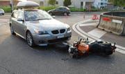 Das Auto kollidierte mit dem sich im Kreisel befindlichen Motorrad. (Bild: Luzener Polizei (Sempach, 23. Augst 2017))
